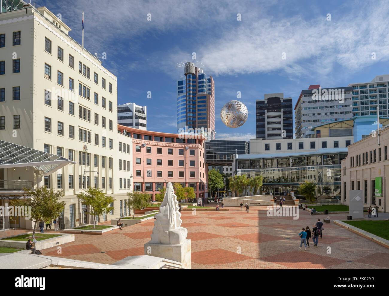 In attesa della sfera di ferro Farnball, scultura in Piazza Civica, maestoso centro dietro, Wellington, Nuova Zelanda Immagini Stock