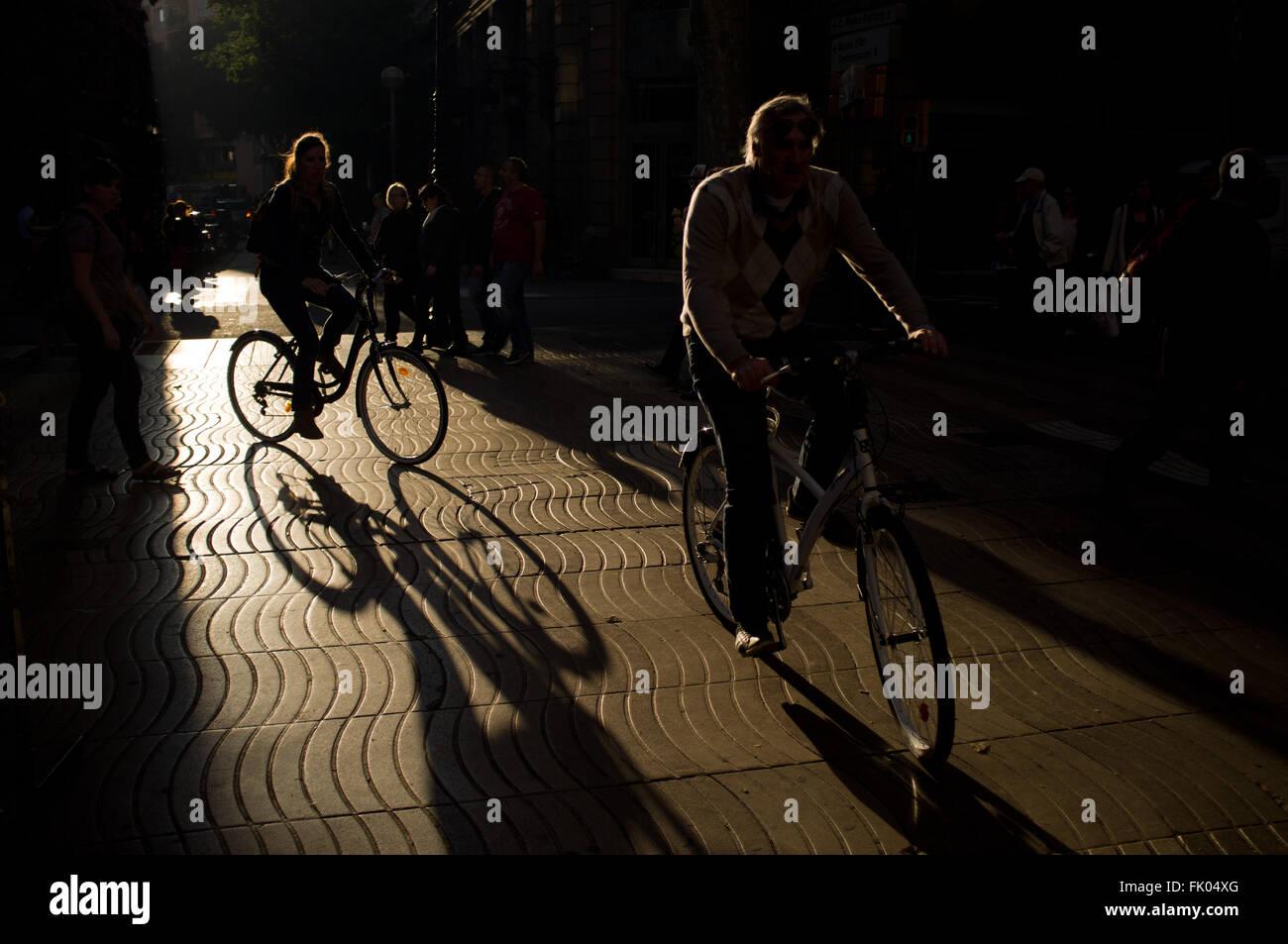 I turisti in bicicletta da La Rambla di Barcellona, Spagna. Immagini Stock
