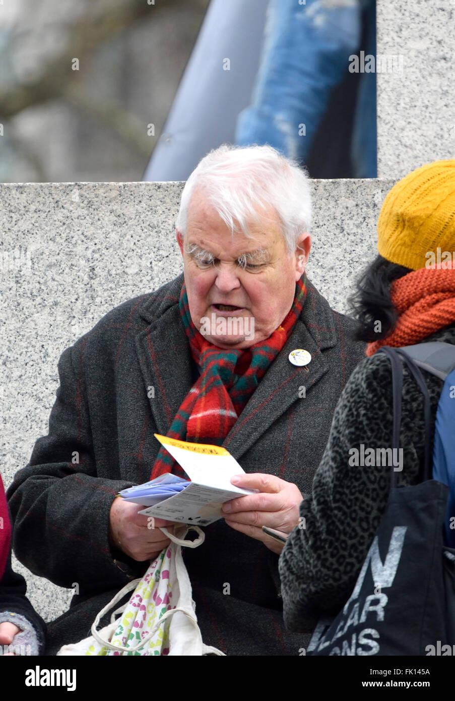 Bruce kent (ex presidente e segretario generale del CND) al 'stop tridente' marzo e dimostrazione, Trafalgar Immagini Stock