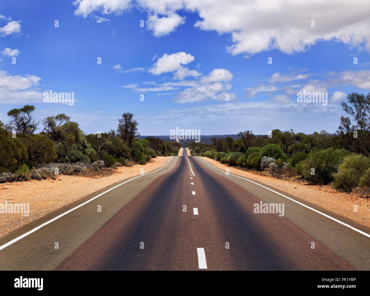 Ampia vuoto sigillato asfalto Eyre Highway in Sud Australia su una soleggiata giornata estiva. Nessun Auto o traffico Immagini Stock