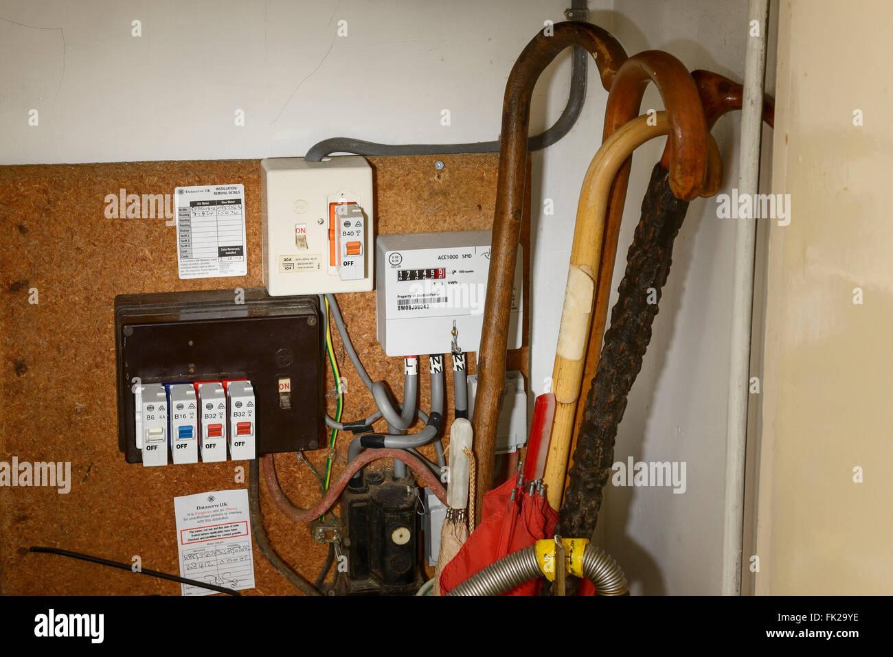 Un vecchio tipo di contatore elettrico con fusibili in un armadio Immagini Stock