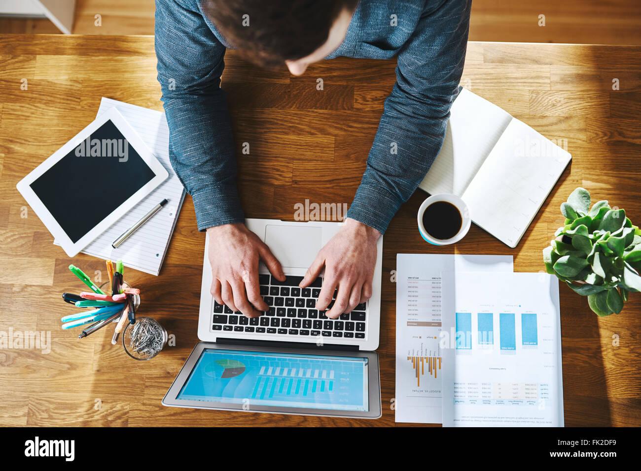 Alta Vista dell uomo che lavora sul computer portatile alla scrivania in ufficio, il successo aziendale concept Immagini Stock