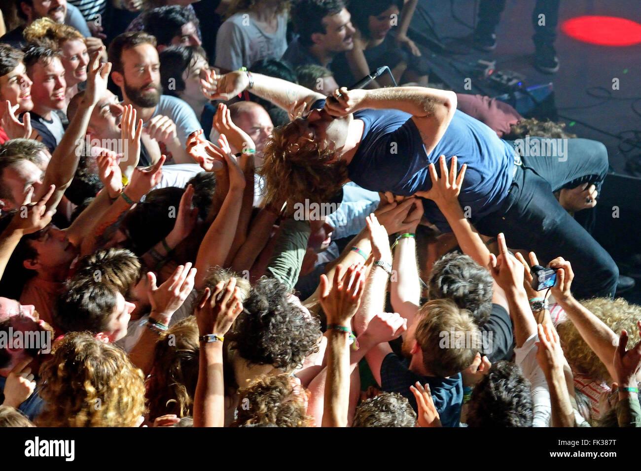 Barcellona - 30 maggio: il chitarrista di Ty Segall (BAND) esegue sopra gli spettatori (folla surf o mosh pit). Immagini Stock