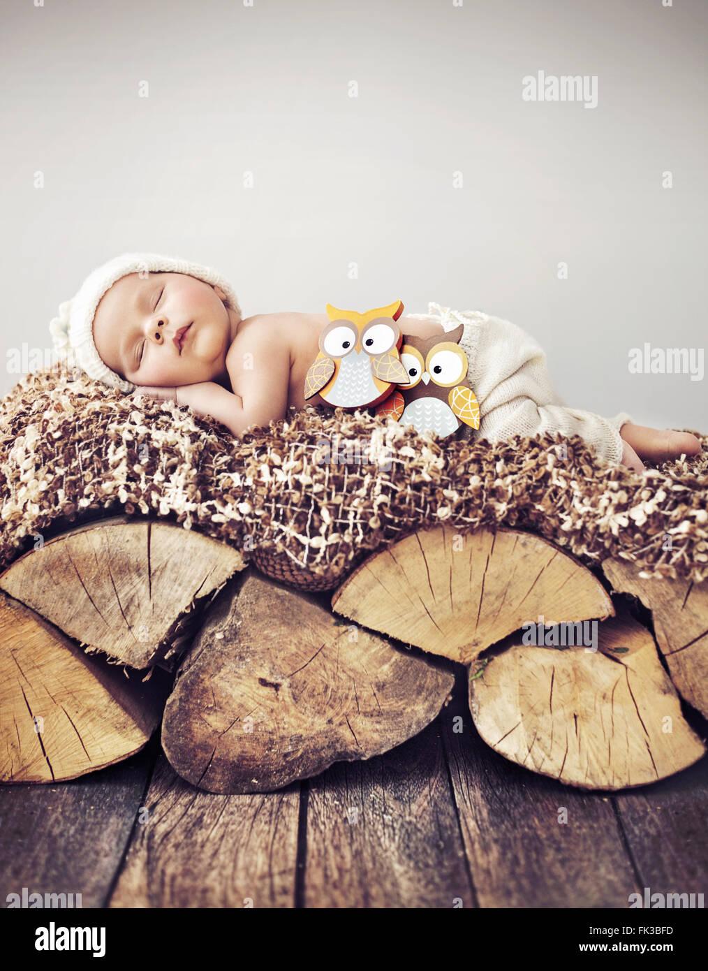 Ritratto di un bimbo che dorme sul legno Immagini Stock