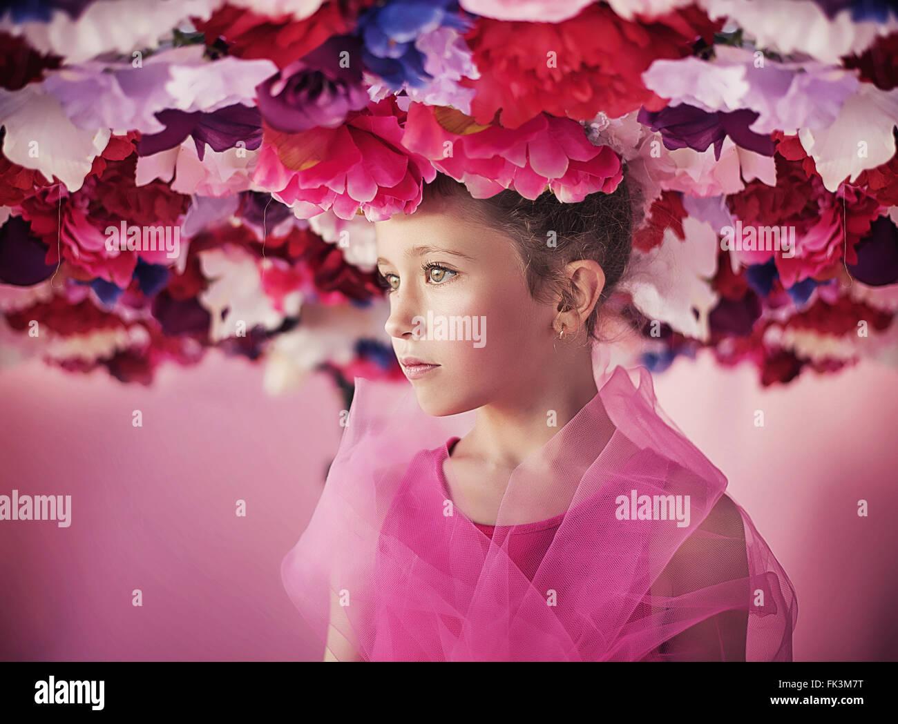 Ritratto di una bambina con un mazzo di fiori Immagini Stock