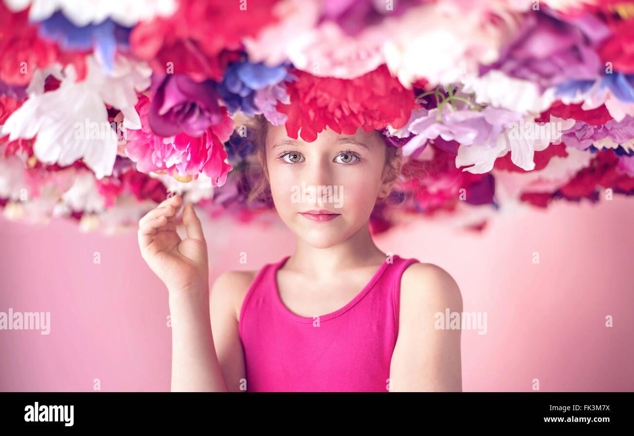 Carino piccolo cutie tra fiori colorati Immagini Stock