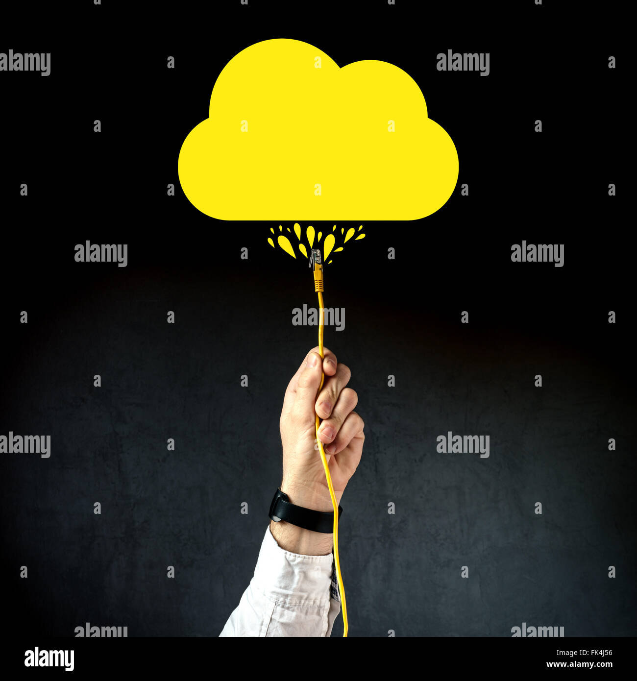 Imprenditore collegando il cavo LAN per collegarsi al servizio cloud, internet tecnologia cloud computing concetto, Immagini Stock