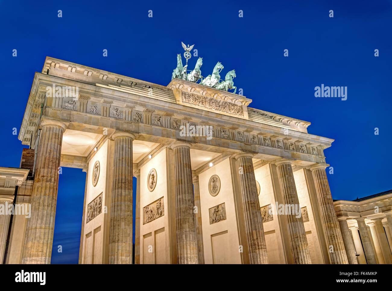 Berlinese famoso punto di riferimento, Brandenburger Tor, di notte Immagini Stock