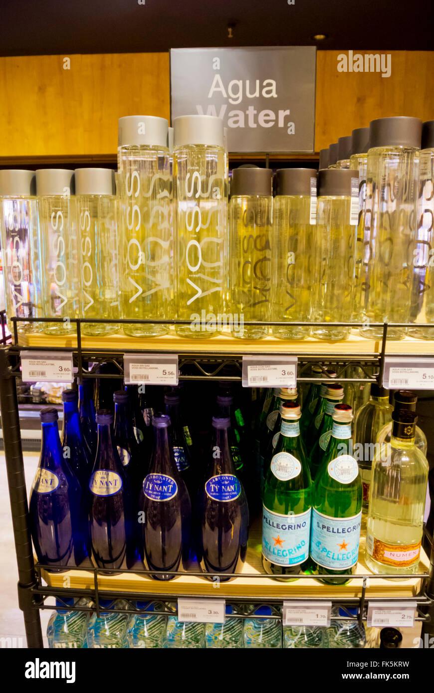 Acqua in bottiglia, esperienza gourmet, top-piano food court e negozio di generi alimentari, El Corte Ingles, Malaga, Immagini Stock
