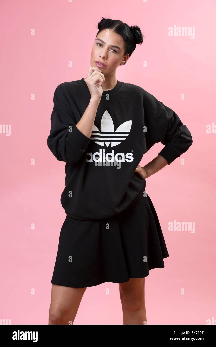Modello femminile che indossa un nero rétro felpa Adidas Immagini Stock