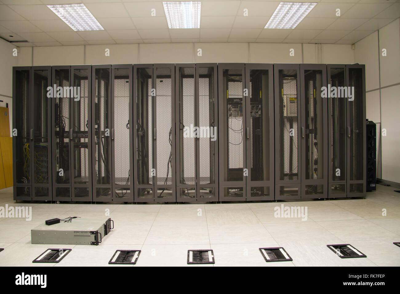 Server farm armadi di sicurezza in sala server durante l