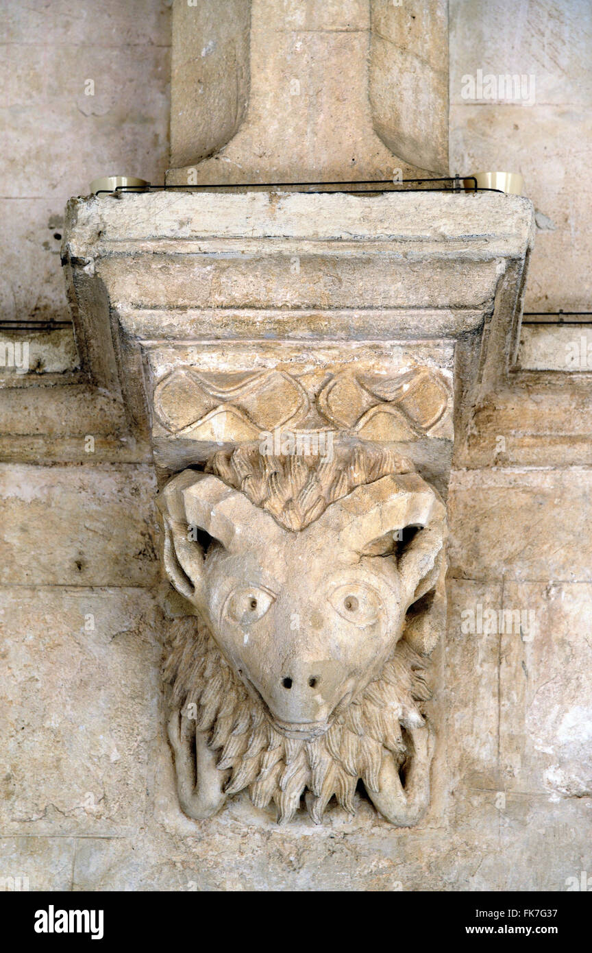 La testa di capra c12th Capitello romanico o Carving Chiostro Abbazia di Montmajour vicino a Arles Provence Francia Immagini Stock