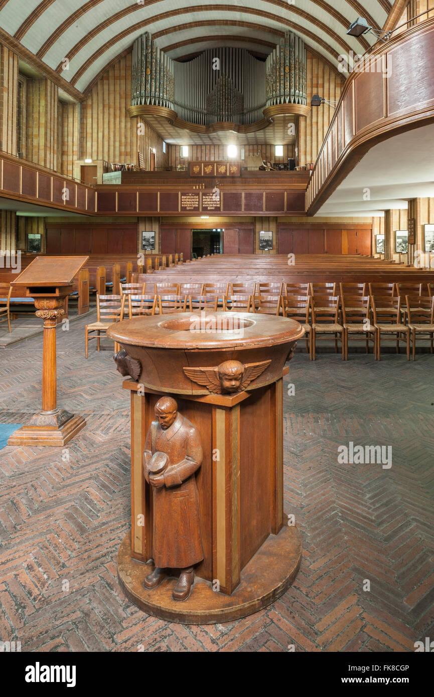 Legno di fonte battesimale decorato con sculture di un uomo SA in una tempesta-troopers' uniforme, Martin Luther Immagini Stock