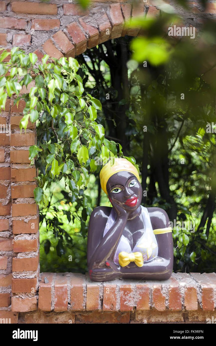 Flirt bambola scolpita in creta - Associazione delle donne vasai di Itamatatiua Immagini Stock