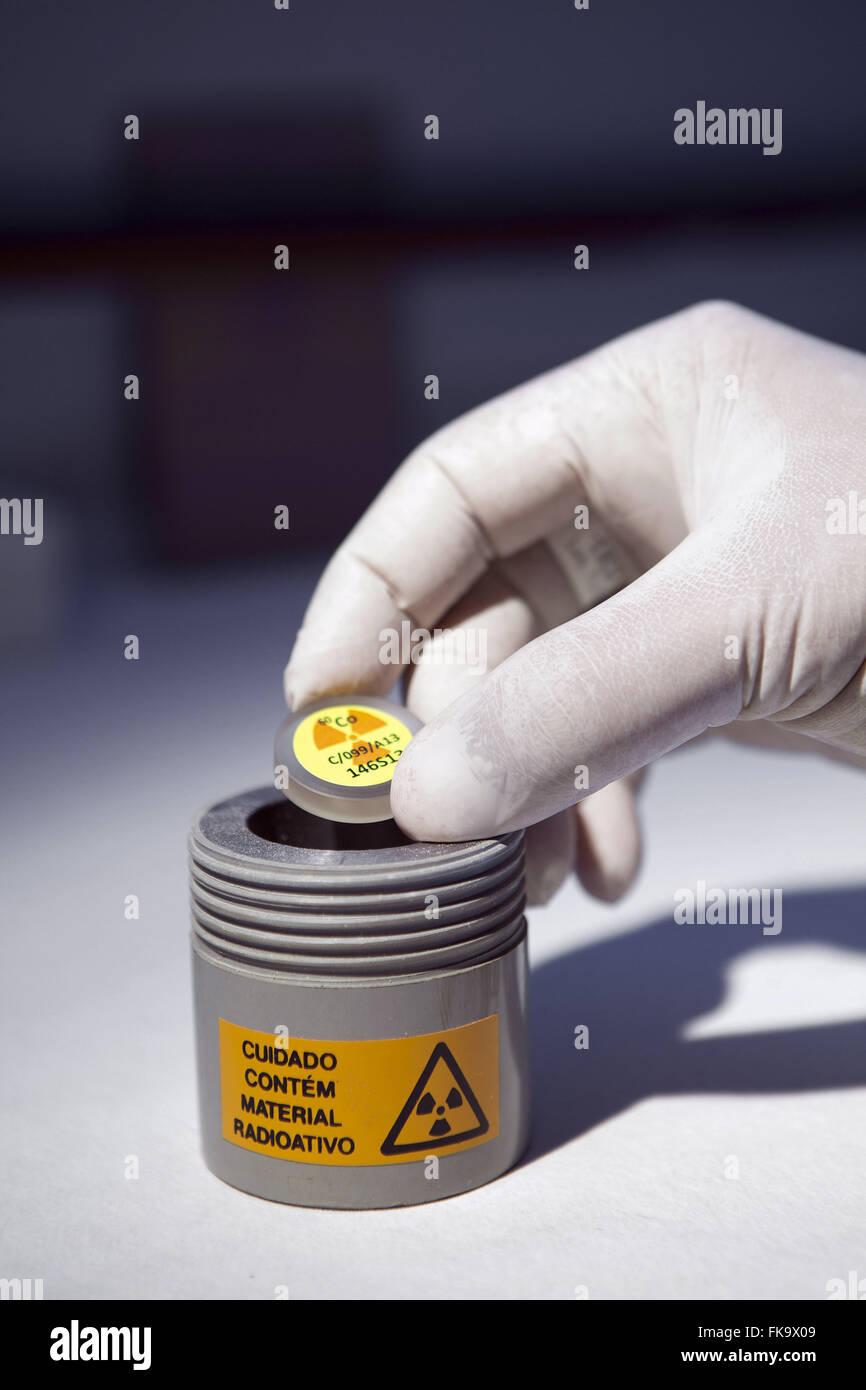 Materiale radioattivo campione nel laboratorio dell'Istituto di protezione dalle radiazioni IRD e dosimetria Immagini Stock