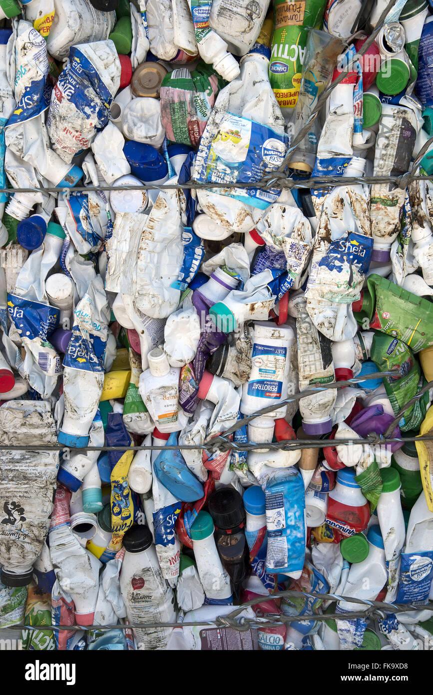 Imballaggi in plastica per il riciclaggio premuto Immagini Stock