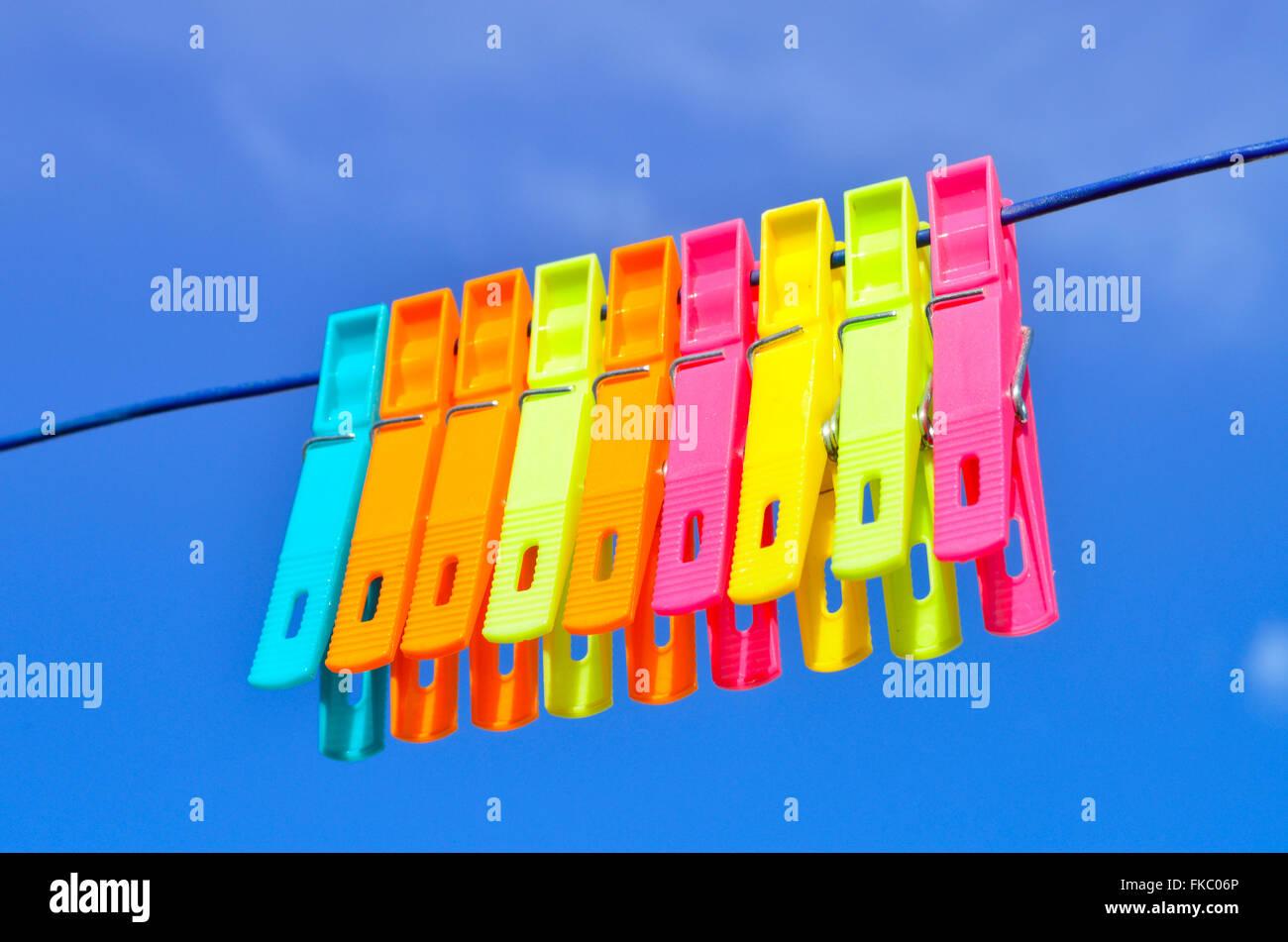 Vestiti di plastica pioli sulla linea di lavaggio. Immagini Stock