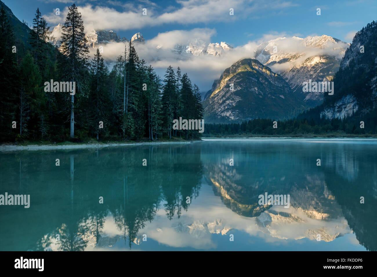 Lago di Landro all'alba, montagne dolomitiche, Sud Tirolo/Alto Adige, Italia Immagini Stock