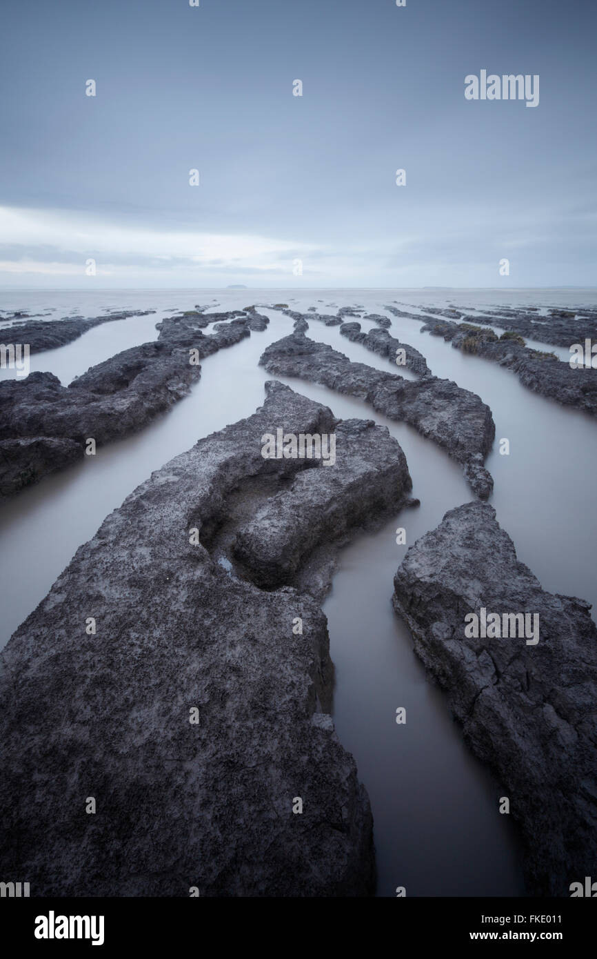 Velme presso la baia di sabbia. Semi sommerso ad alta marea di quadratura. Somerset. Regno Unito. Immagini Stock