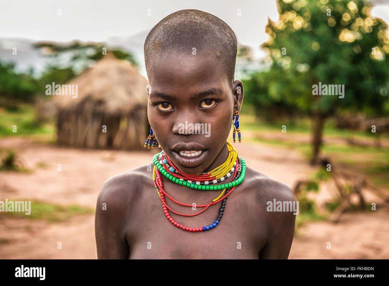 Ritratto di una giovane donna africana nel suo villaggio. Immagini Stock