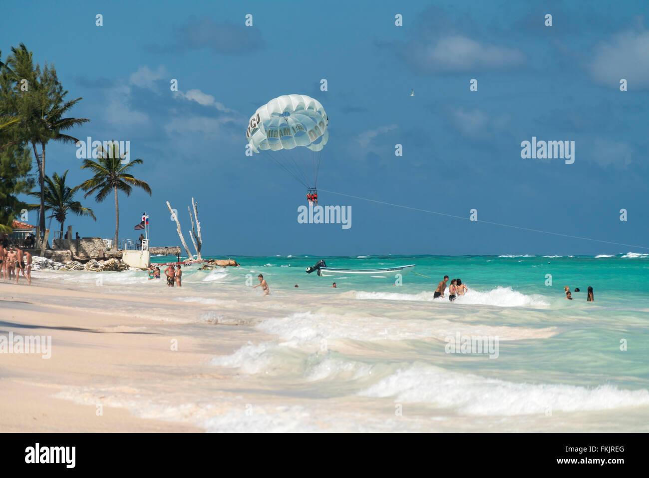 Il parasailing al orlata di palme sulla spiaggia di sabbia di Playa Bavaro, Punta Cana, Repubblica Dominicana, Caraibi, Immagini Stock