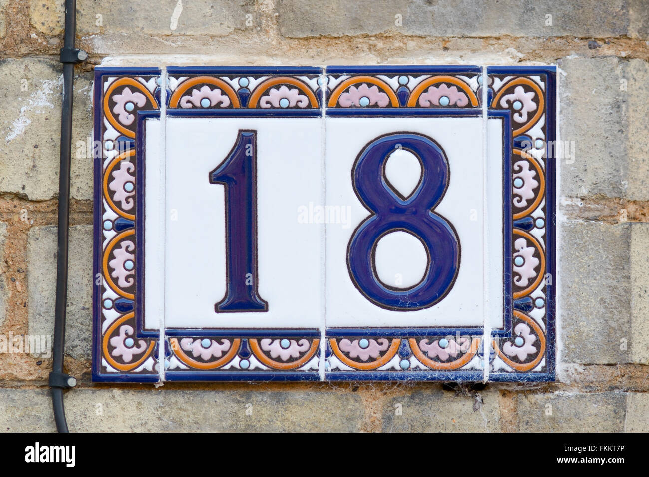 Il numero civico 18 sign in colorate piastrelle di ceramica foto