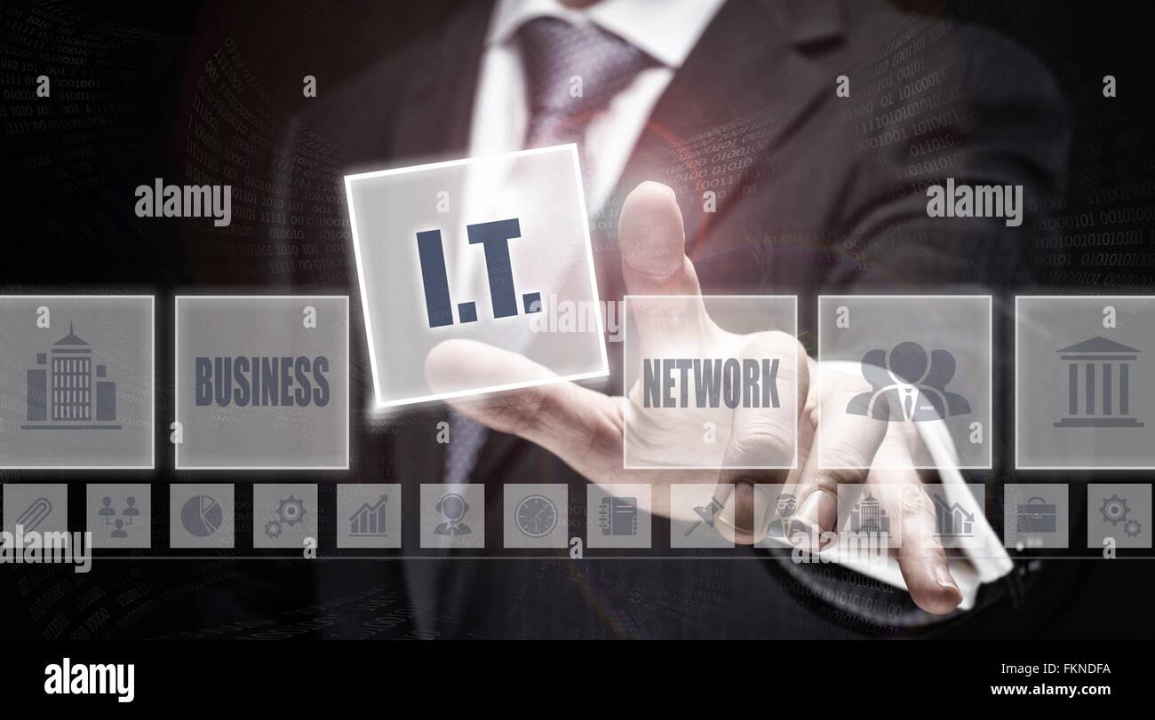 Imprenditore pressatura di un concetto di IT pulsante. Immagini Stock