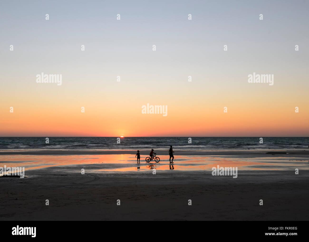 Famiglia al tramonto sulla spiaggia di Cable Beach, Broome, regione di Kimberley, Western Australia, WA, Australia Immagini Stock