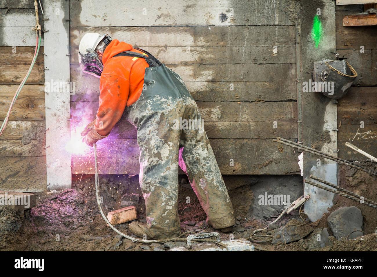 Lavoratore caucasica la saldatura al sito in costruzione Foto Stock