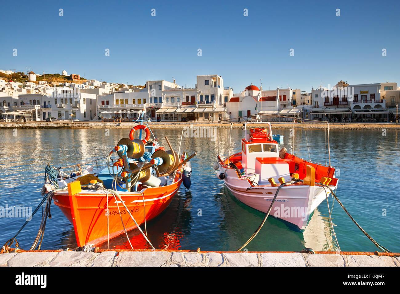 La città di Mykonos come si vede dal vecchio porto. Immagini Stock
