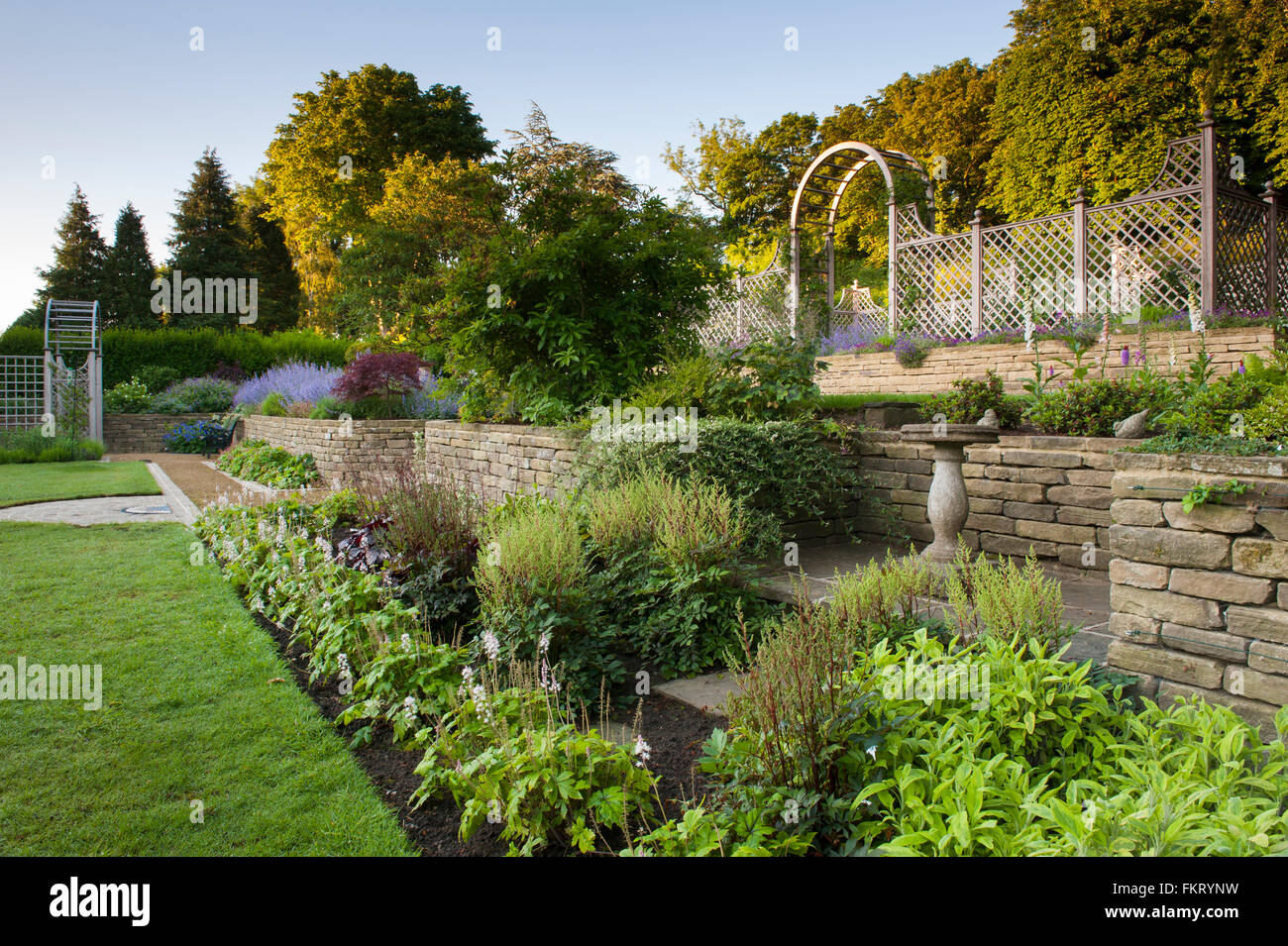 I terrazzamenti con prato, Herbaceous borders, piante e traliccio ...