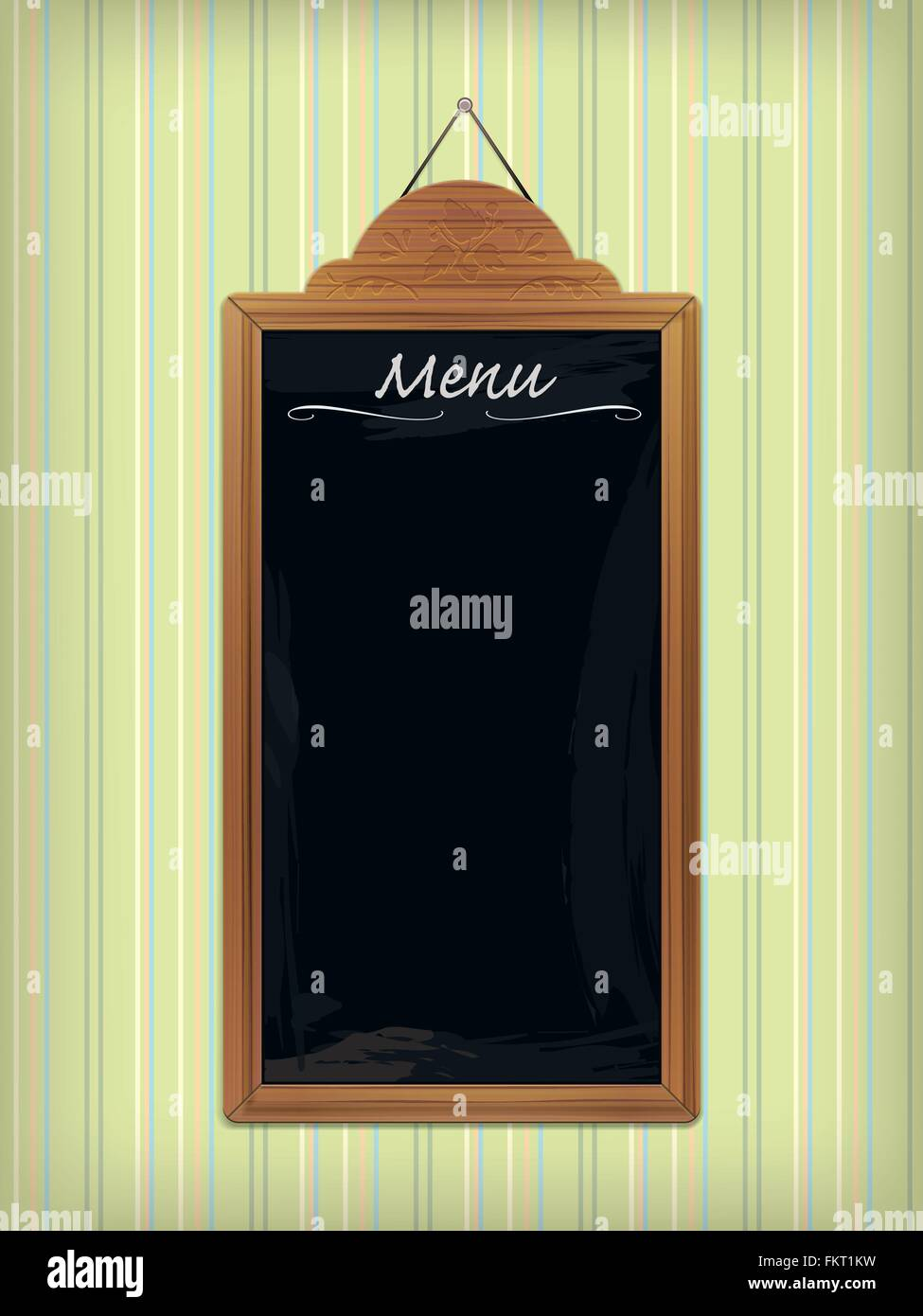 Vuoto menu legno lavagna con sculture ornamentali appesi al muro con carta da parati a strisce Immagini Stock