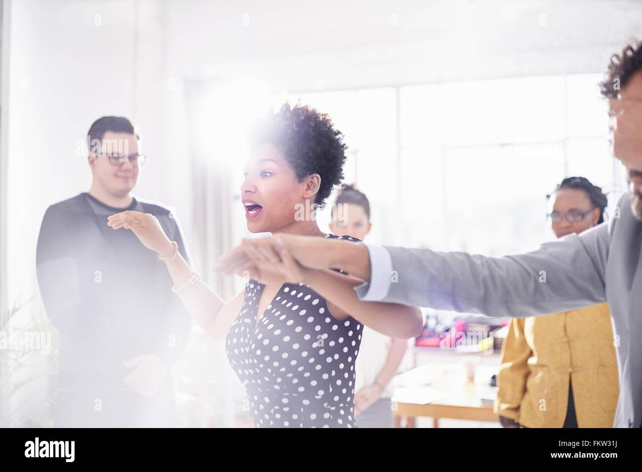 I colleghi di team building task, tenendo le mani che coprono gli occhi Immagini Stock