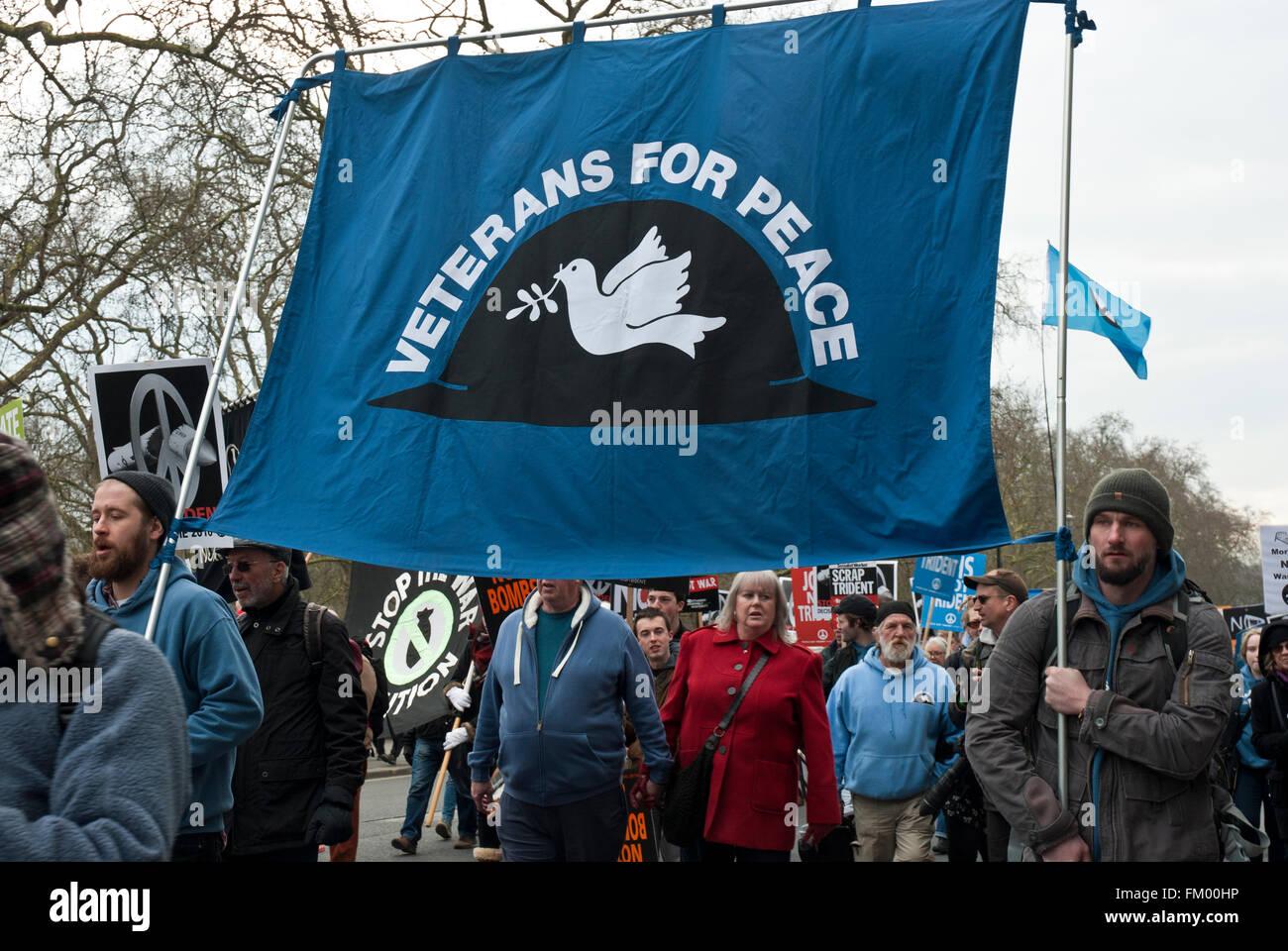"""Banner di grandi dimensioni con colomba e 'veterans per la pace"""" su anti trident, cnd dimostrazione. Immagini Stock"""