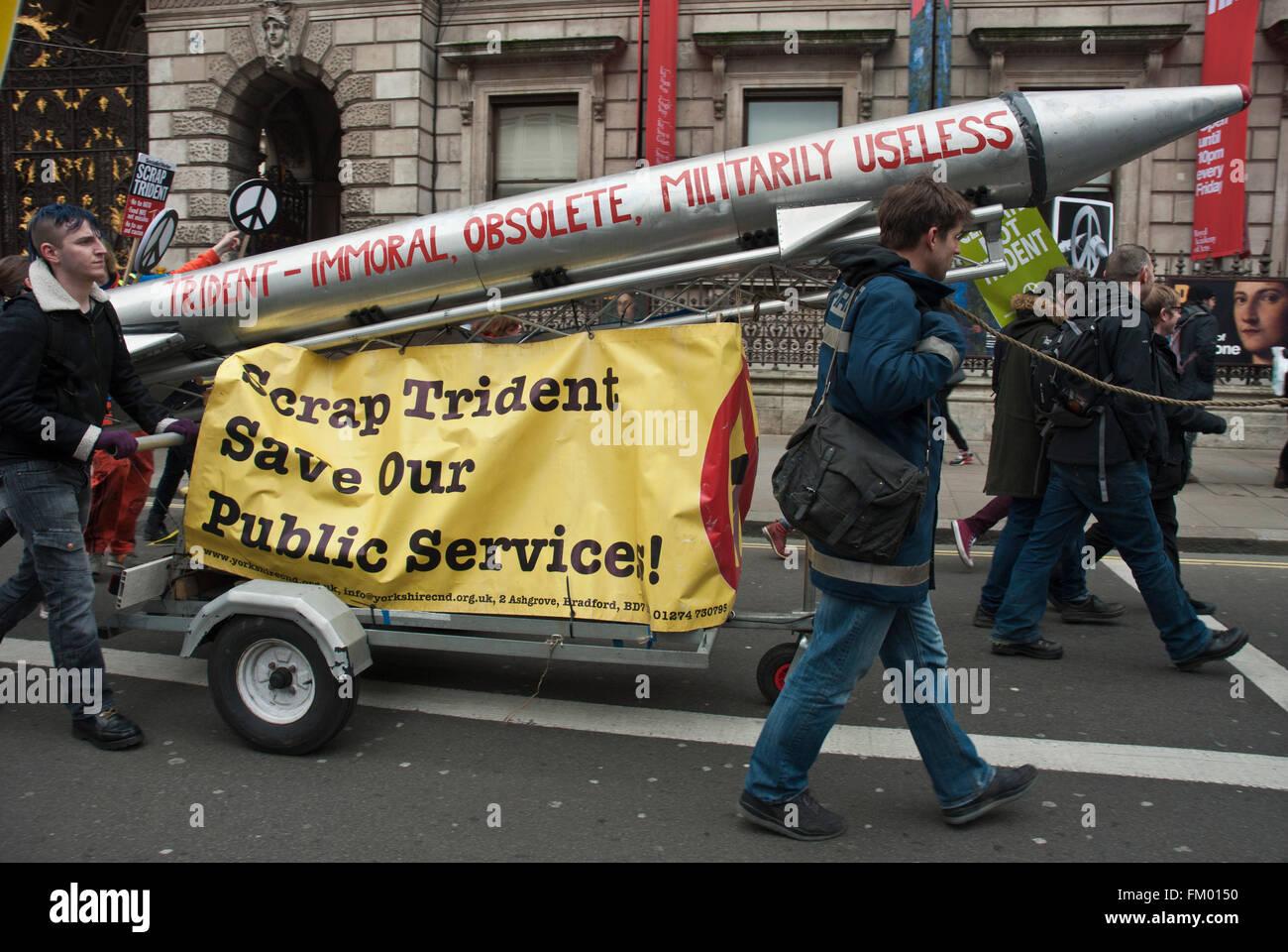 CND, anti Trident demo con il modello di missile con 'immorale,obsoleto, inutile' e 'crap trident, salvare Immagini Stock