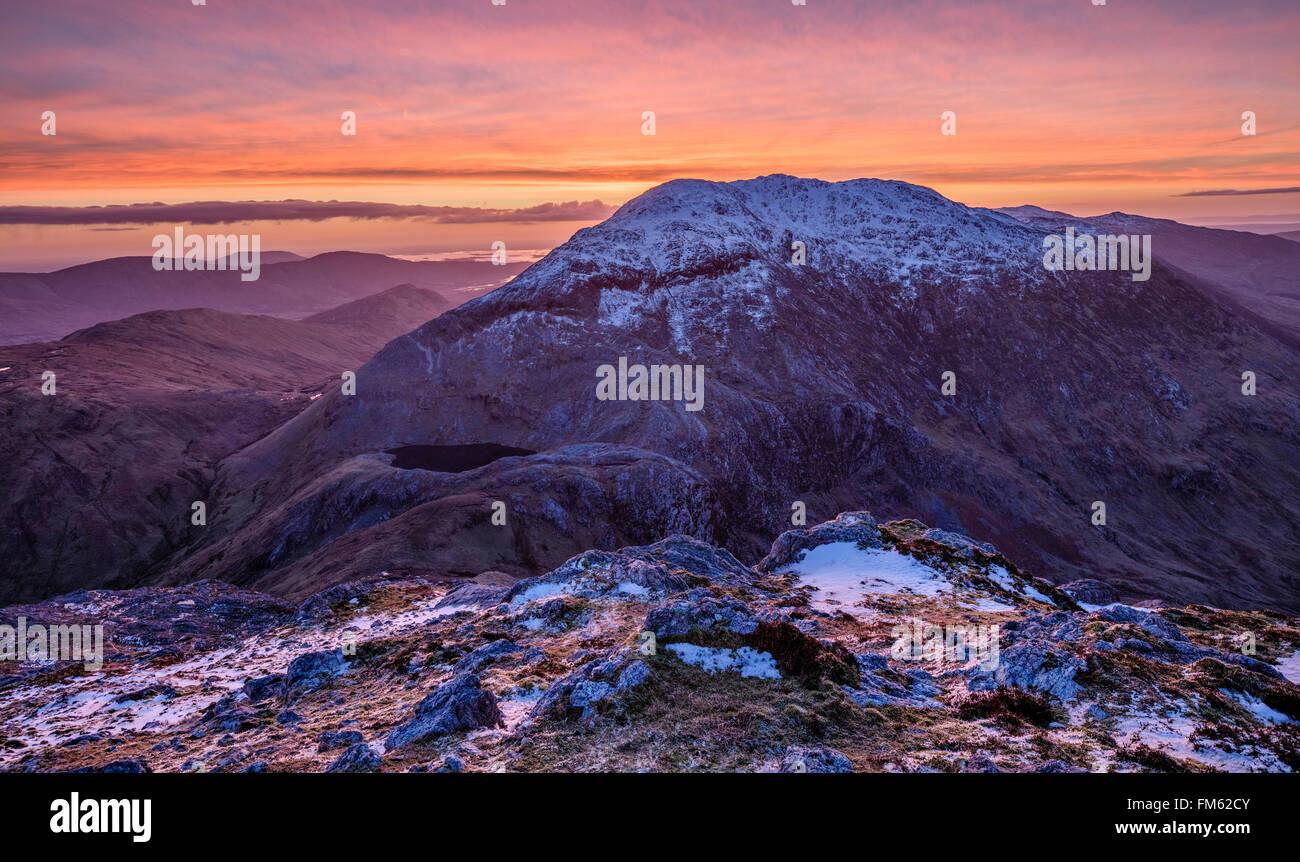Inverno alba sopra Barrslievenaroy, montagne Maumturk, Connemara, nella contea di Galway, Irlanda. Immagini Stock