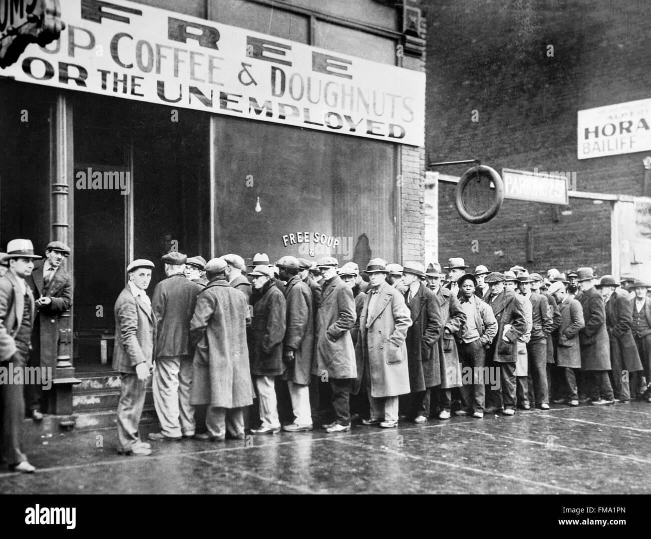 Grande Depressione. Disoccupati uomini fodera fino al di fuori di una mensa di Chicago durante la Grande Depressione, Immagini Stock