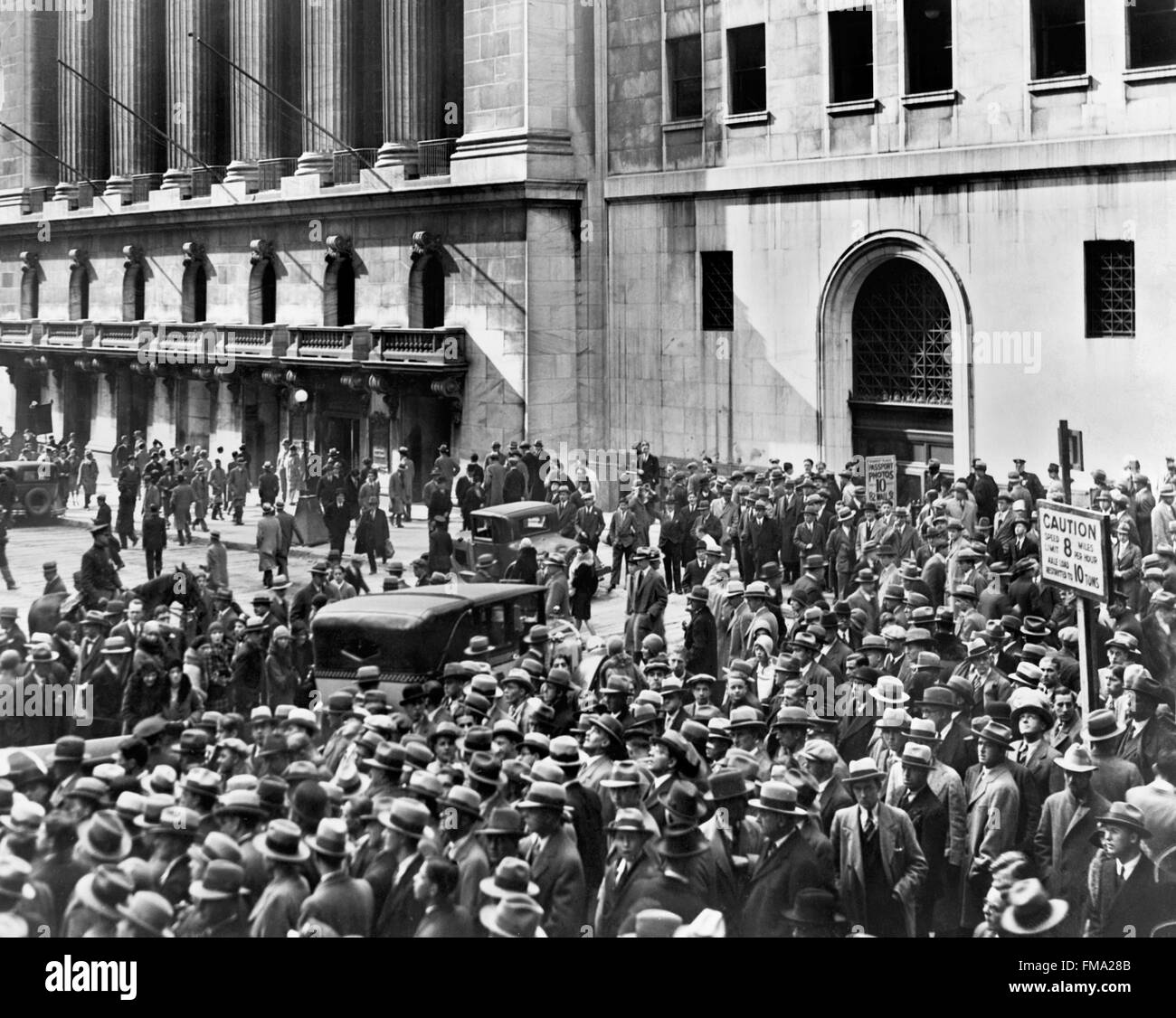 Wall Street Crash. La folla di persone si riuniscono al di fuori del New York Stock Exchange dopo il crash del 1929, Immagini Stock