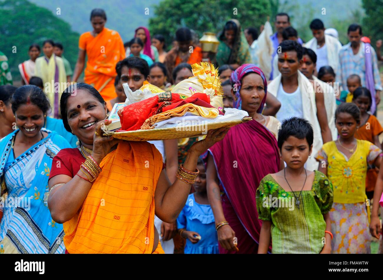 India, Odisha, una donna di caricamento di un vassoio durante la cerimonia di nozze Immagini Stock