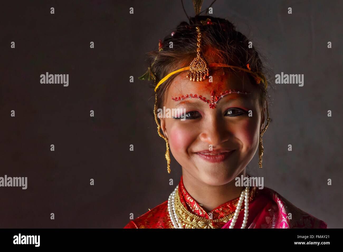 Il Nepal, zona di Bagmati, Bhaktapur, ragazza Gufa ritratto (matrimonio con Sun) Immagini Stock