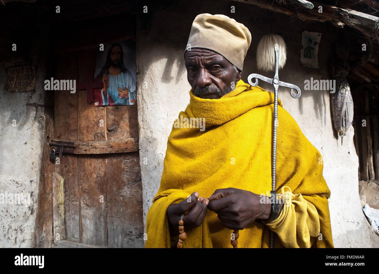 Monaco ortodosso di fronte a una casa abitata da un monaco ( Etiopia) Immagini Stock
