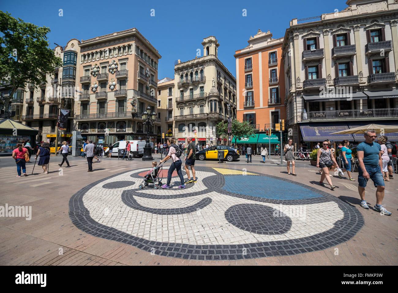 Pla de l'os mosaico di Joan Miro a La Rambla street a Barcellona, Spagna. Casa di ombrelli (Casa Bruno Cuadros) Immagini Stock