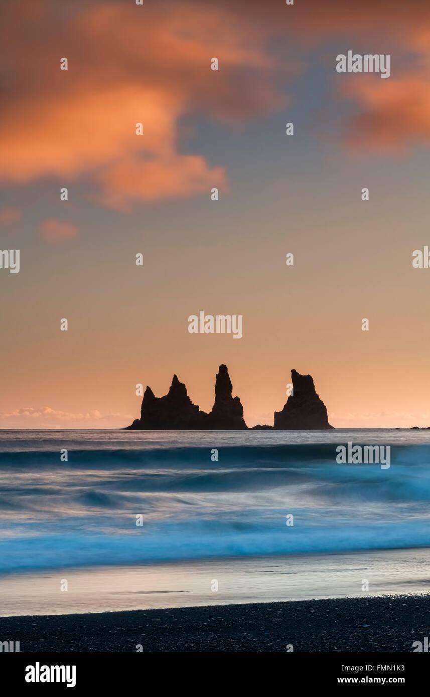Reynisdrangar pilastri di roccia di Sunrise, Vik mi Myrdal, Sud dell'Islanda Immagini Stock