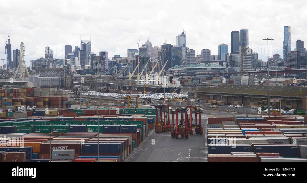 Cavallo di elementi portanti per contenitori in un giorno di pioggia nel porto di Melbourne, Australia. Immagini Stock