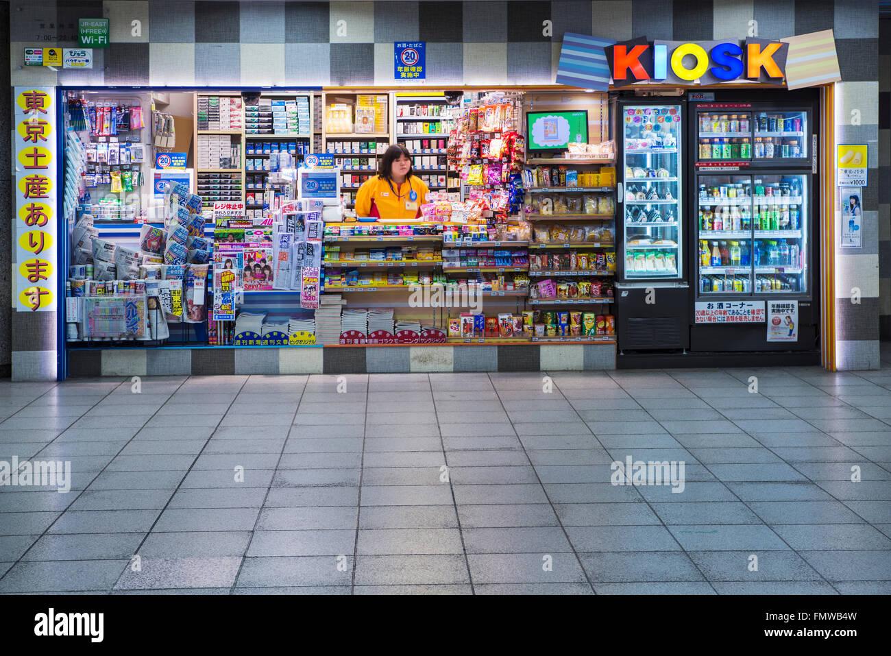 Una tipica stazione minimarket , o kiosk, in Giappone. Questo nella Stazione di Ikebukuro, Tokyo, Giappone Immagini Stock