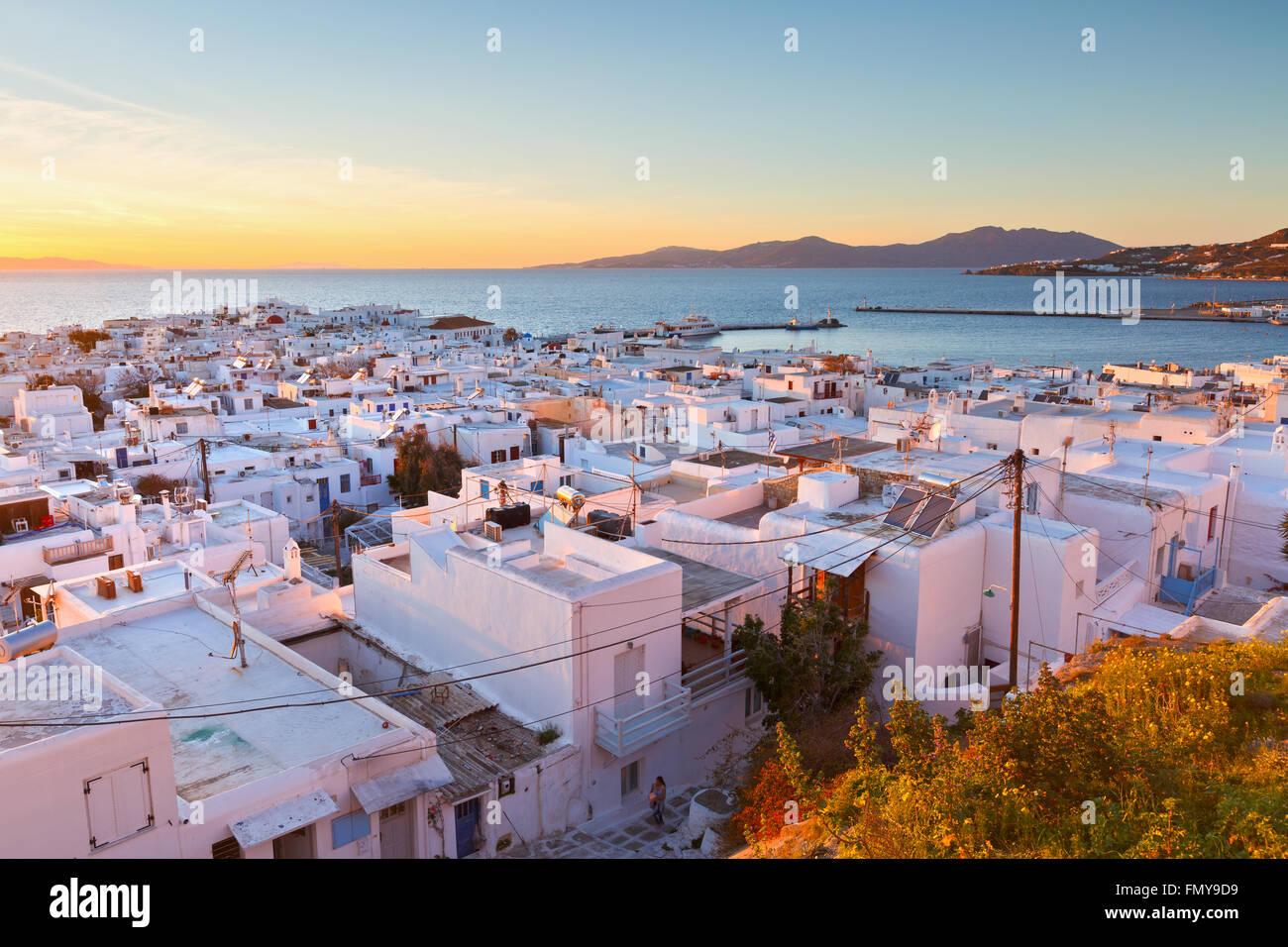 Vista sulla città di Mykonos e isola di Tinos in distanza, Grecia. Immagini Stock