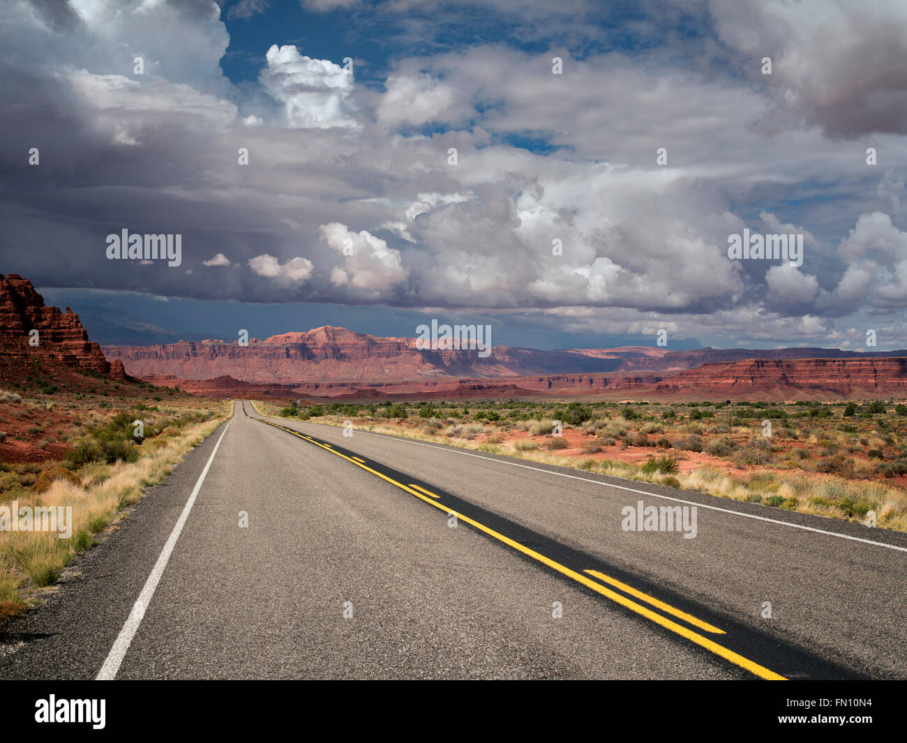E su strada di montagna con nuvole temporalesche. Scenic Byway Hwy 95, Glen Canyon National Recreation Area, Utah Immagini Stock