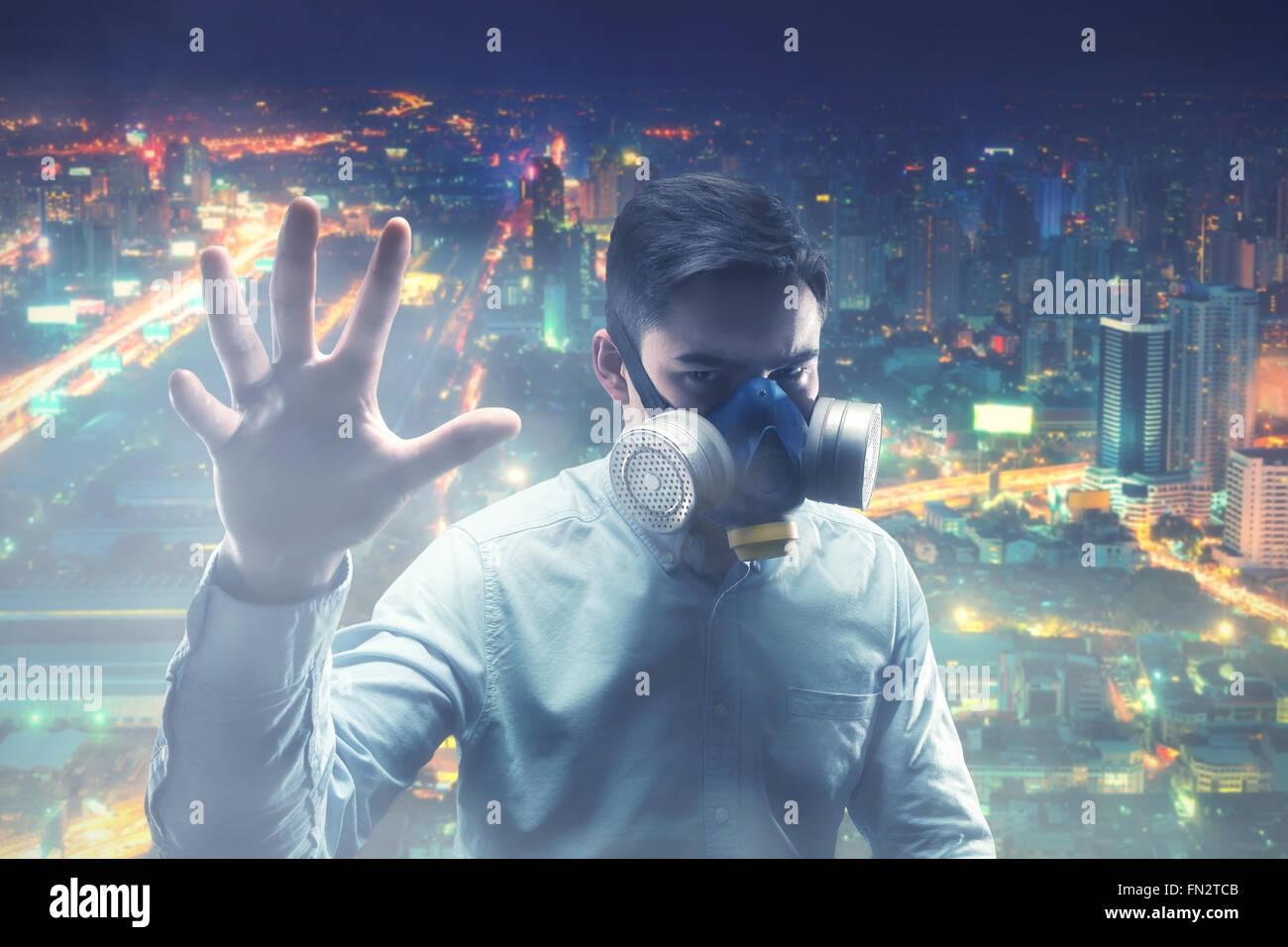 Giovane uomo in gas-mask Immagini Stock