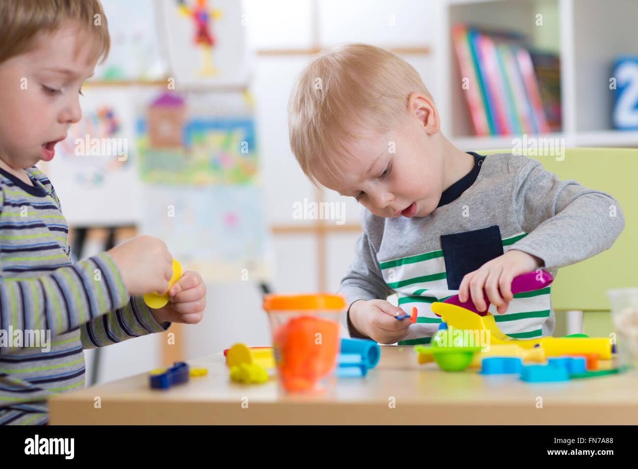 La modellazione di bambini in età prescolare o asilo nido Immagini Stock