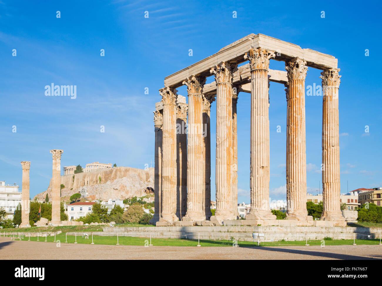 Atene - Il Olympieion in mattinata il tramonto e l'Acropoli in background Immagini Stock